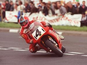 Carl Fogarty au guidon de sa Ducati 916
