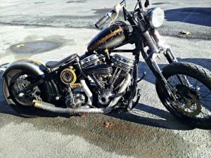 Harley en robe noire mortelle de l'Atelier Kustom