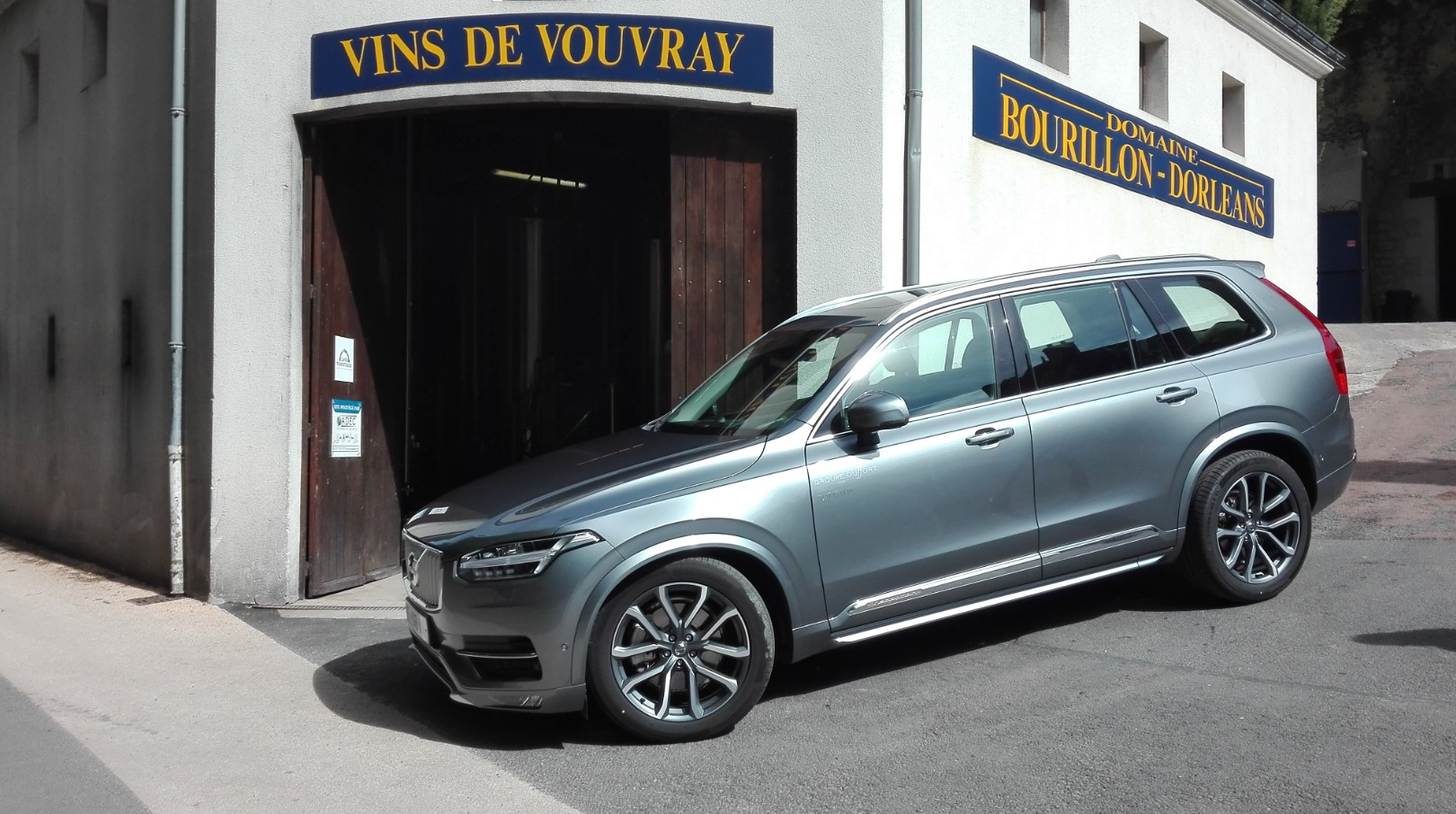 volvo xc90 d5 aw les vignerons adorent auto moto magazine. Black Bedroom Furniture Sets. Home Design Ideas